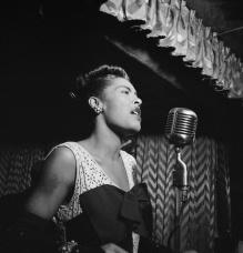 foto_Billie_Holiday,_Downbeat,_New_York,_N.Y.,_ca._Feb._1947_(William_P._Gottlieb_04251)